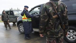 Tornyiszentmiklós, 2015. október 17. Rendõr és katona együtt ellenõriz egy autóst a magyar-szlovén határnál, a Tornyiszentmiklós-Pince határátkelõnél 2015. október 17-én. Magyarország ideiglenes jelleggel, a schengeni szabályokkal összeegyeztethetõ formában visszaállította a határellenõrzést a magyar-szlovén határon, mert Horvátország által Szlovénia felé indított migránsok jelentek meg a magyar határ közvetlen közelében, Rédicsnél. MTI Fotó: Varga György