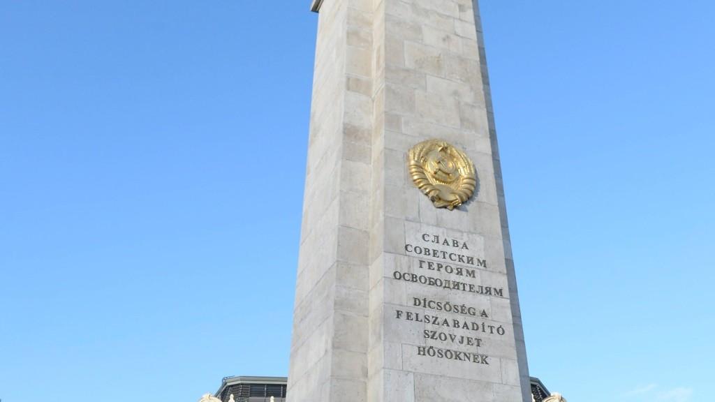 A MEASZ demonstrációja a Szabadság téri szovjet hősi emlékműnél