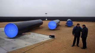 Sajkásszentiván, 2013. november 24.Az első csövek a Déli Áramlat nemzetközi gázvezeték szerbiai szakasza építésének megkezdése alkalmából rendezett ünnepségen a Belgrádtól 80 kilométerre északra fekvő Sajkásszentivánnál 2013. november 24-én. Az évi 63 milliárd köbméteres kapacitású Déli Áramlat orosz földgázt fog szállítani Ukrajna megkerülésével európai országokba. (MTI/AP/Marko Drobnjakovic)