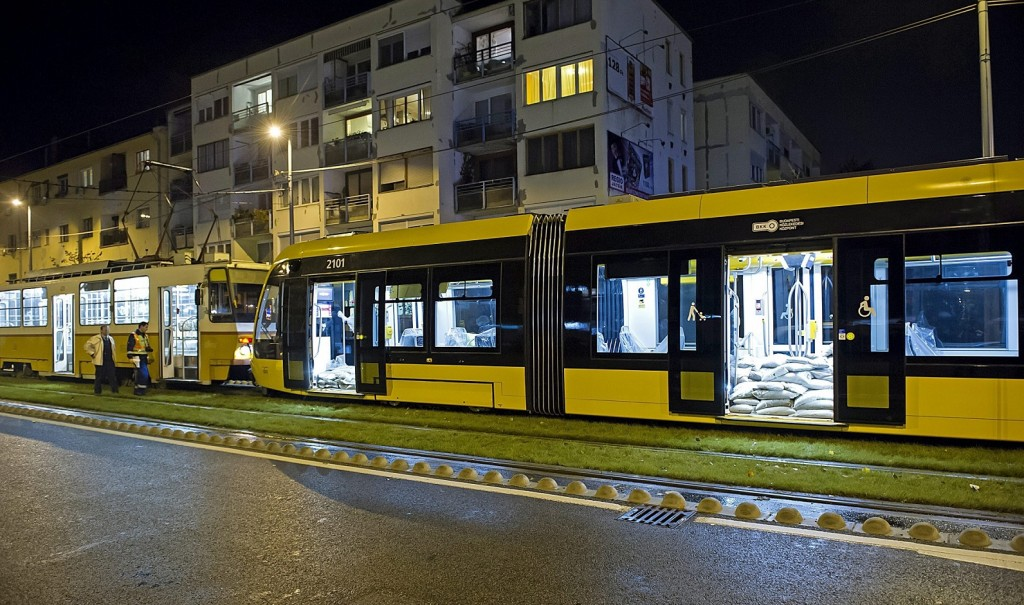 Budapest, 2015. november 9. Sérült CAF-villamos (jobbról) a XI. kerületi Hengermalom útnál 2015. november 9-én. A terheléses próbajáraton közlekedõ új típusú szerelvény hátulról beleszaladt egy utasokat szállító 1-es villamosba. A spanyol gyártmányú CAF-villamosok várhatóan jövõ tavasztól közlekednek majd Budapesten az 1-es villamos vonalán. MTI Fotó: Lakatos Péter