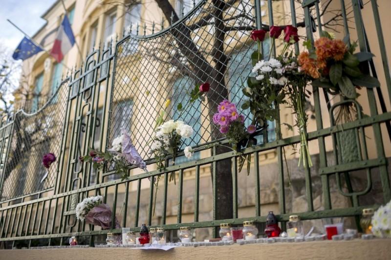 Budapest, 2015. november 14. Az áldozatok emlékére elhelyezett virágcsokrok és mécsesek a budapesti francia nagykövetség épülete elõtt a Párizsban végrehajtott terrorcselekmények utáni napon 2015. november 14-én. MTI Fotó: Mohai Balázs
