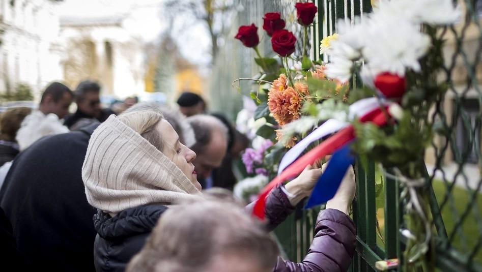 Budapest, 2015. november 14. Egy nõ virágot helyez el a budapesti francia nagykövetség épülete elõtt a Párizsban végrehajtott terrorcselekmények utáni napon 2015. november 14-én. MTI Fotó: Mohai Balázs