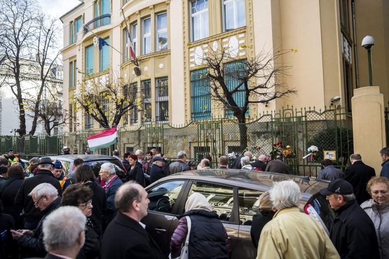 Budapest, 2015. november 14. Megemlékezõk a budapesti francia nagykövetség épülete elõtt a Párizsban végrehajtott terrorcselekmények utáni napon 2015. november 14-én. MTI Fotó: Mohai Balázs