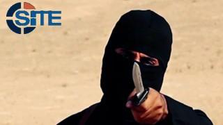 """2015. november 13. Az Iszlám Állam (IÁ) szélsõséges iszlamista szervezet által közreadott és a SITE Intel Group által ellenõrzött videóról készített képen az IÁ lefejezésekrõl készített propagandavideóiban szereplõ brit állampolgár, Mohammed Emwazi, más néven """"Dzsihád John"""" látható. Egy amerikai katonai drón Szíriában légicsapást intézett egy jármû ellen, amely vélhetõleg """"Dzsihád Johnt"""" szállította. (MTI/AP/SITE Intel Group)"""