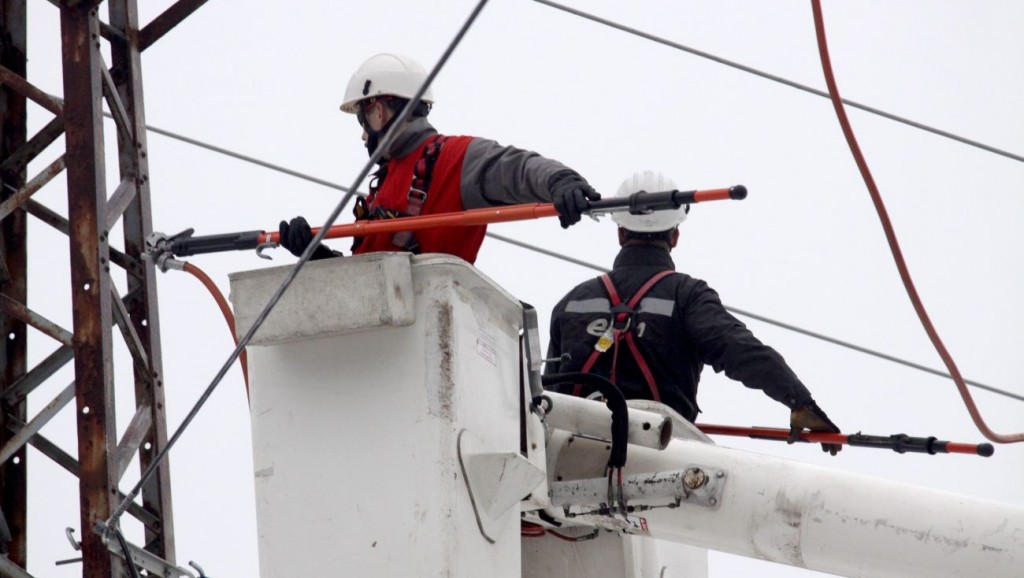 Veszprém, 2010. december 2. Hibát hárítanak el feszültség alatt levõ hálózaton az E.ON munkatársai az áramszolgáltató cég nyílt napján, a veszprémi üzemirányítási központban. MTI Fotó: Nagy Lajos