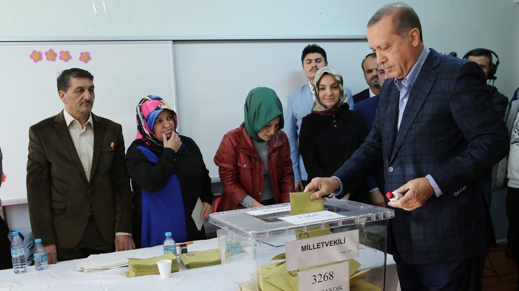 Isztambul, 2015. november 1. Recep Tayyip Erdogan török elnök szavaz a török elõre hozott parlamenti választásokon Isztambulban 2015. november 1-jén. (MTI/AP/Huszein Malla)