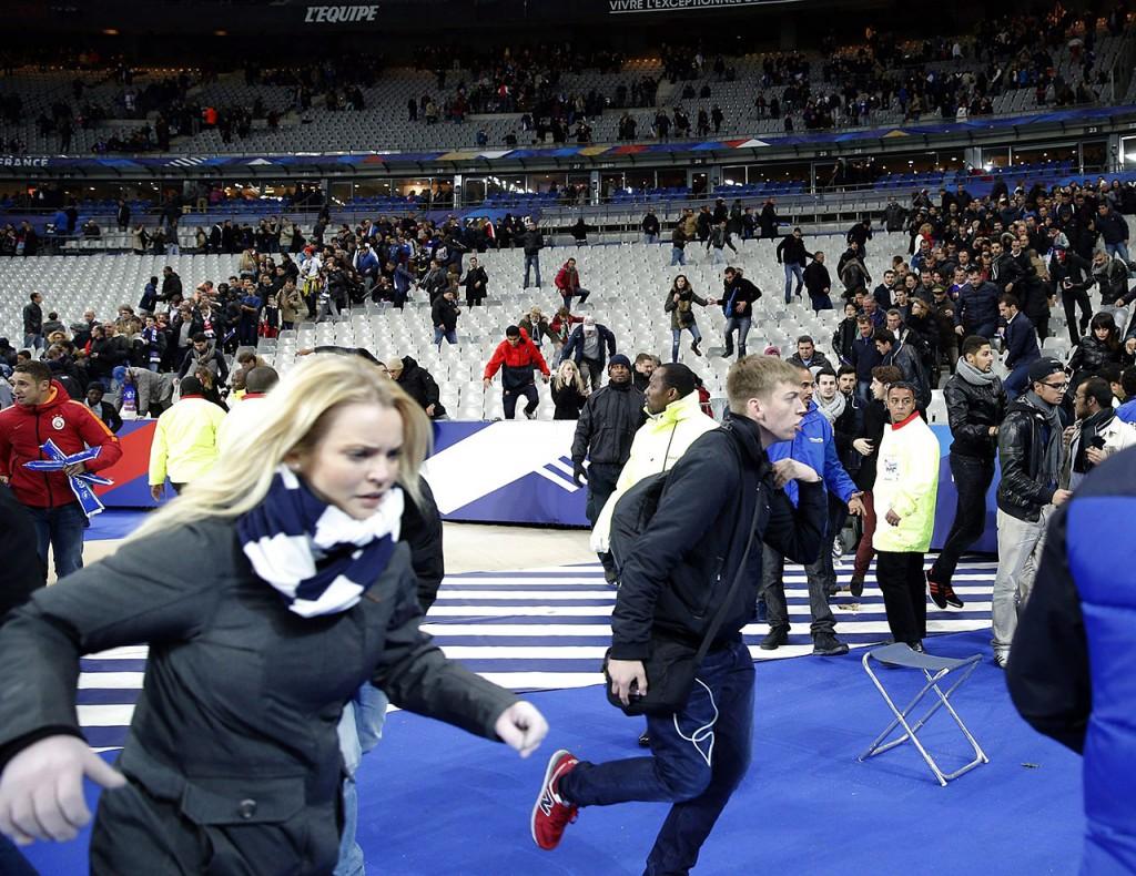 Párizs, 2015. november 14.Szurkolók szaladnak a Franciaország-Németország barátságos labdarúgó-mérkőzés helyszínén, a párizsi Stade de France Stadionban 2015. november 13-án. A késő este kezdődött párizsi fegyveres támadásoknak eddig legkevesebb hatvan halottja van, és mintegy száz embert túszul ejtettek a francia főváros Bataclan koncerttermében. A nemzeti stadion közeléből három robbanást jelentettek. (MTI/AP/Christophe Ena)