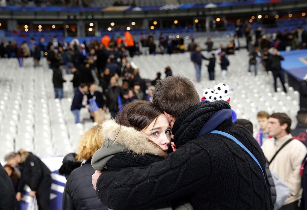 Párizs, 2015. november 14.Szurkolók a lelátón a Franciaország-Németország barátságos labdarúgó-mérkőzés helyszínén, a párizsi Stade de France Stadionban 2015. november 13-án éjjel. A francia fővárosban késő este összehangoltan több merényletet követtek el. A lövöldözésekben és robbanásokban legalább 140 ember meghalt, sokan megsebesültek. Francois Hollande francia elnök egész Franciaország területére rendkívüli állapotot hirdetett és bejelentette a határok lezárását. (MTI/AP/Christophe Ena)