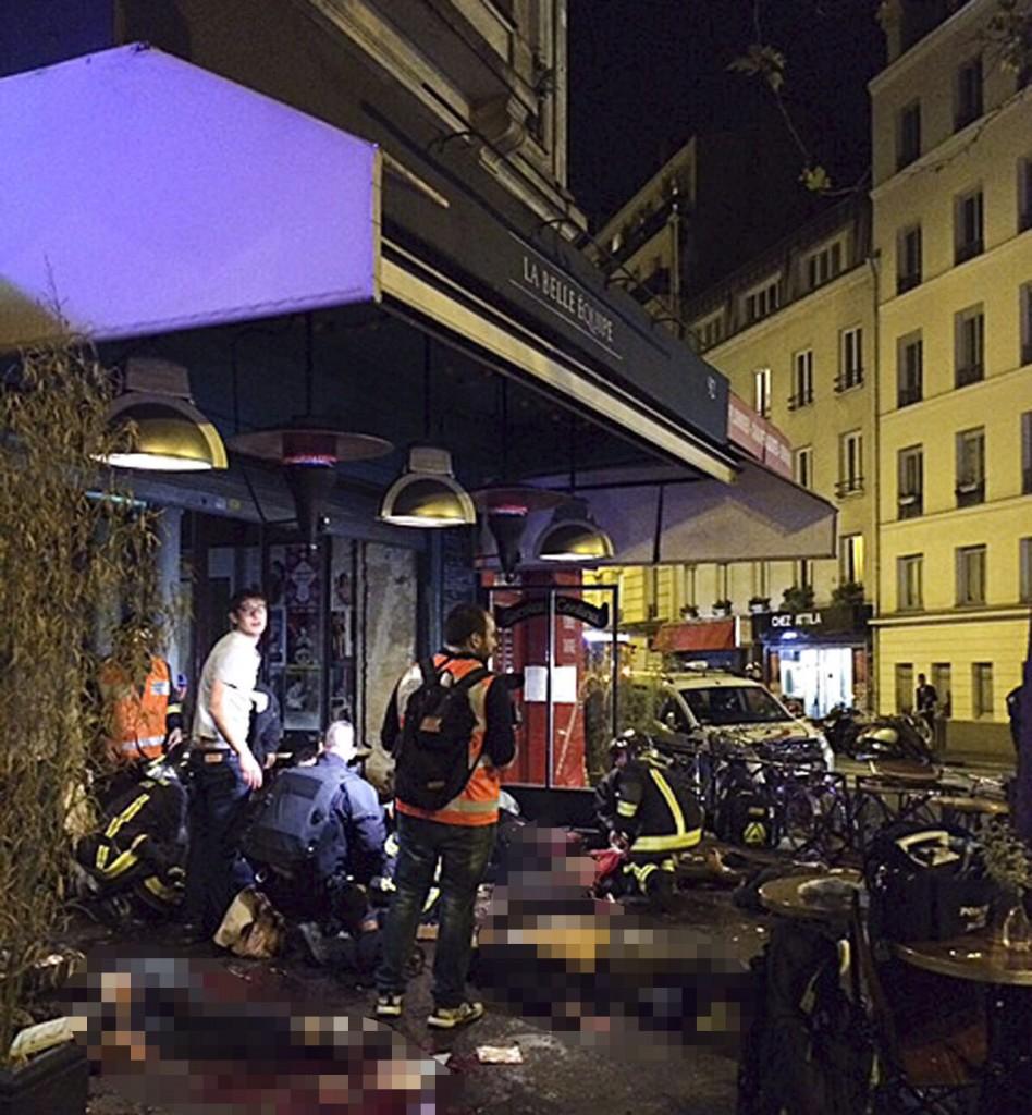 Párizs, 2015. november 14.Holttestek hevernek a járdán az egyik lövöldözés helyszínén, a La Bell Equipe étterem előtt Párizsban 2015. november 13-án éjjel. A francia fővárosban késő este összehangoltan több merényletet követtek el. A lövöldözésekben és robbanásokban legalább 140 ember meghalt, sokan megsebesültek. Francois Hollande francia elnök egész Franciaország területére rendkívüli állapotot hirdetett és bejelentette a határok lezárását. (MTI/AP/Anne Sophie Chaisemartin)