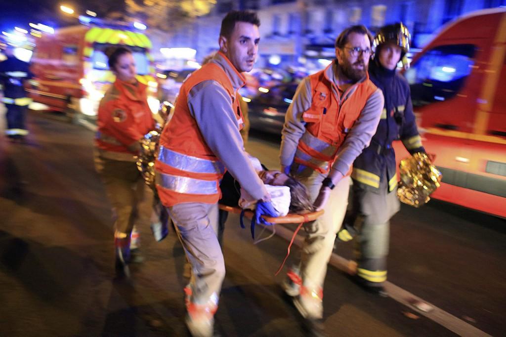 Párizs, 2015. november 14.Mentőalakulatok tagjai menekítik ki a sebesülteket a párizsi Bataclan koncertteremből 2015. november 13-án. A francia fővárosban késő este összehangoltan több merényletet követtek el. A lövöldözésekben és robbanásokban legalább 140 ember meghalt, sokan megsebesültek. Francois Hollande francia elnök egész Franciaország területére rendkívüli állapotot hirdetett és bejelentette a határok lezárását. (MTI/AP/Thibault Camus)