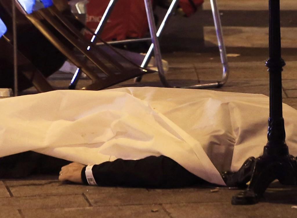 Párizs, 2015. november 14.Az egyik áldozat letakart holtteste egy párizsi étteremnél történt lövöldözés helyszínén 2015. november 13-án. A késő este kezdődött párizsi fegyveres támadásoknak eddig legkevesebb hatvan halottja van. A francia főváros Bataclan koncerttermében mintegy száz embert ejtettek túszul. A  Franciaország-Németország barátságos labdarúgó-mérkőzés helyszíne, a párizsi Stade de France Stadion közeléből három robbanást jelentettek. (MTI/AP/Thibault Camus)