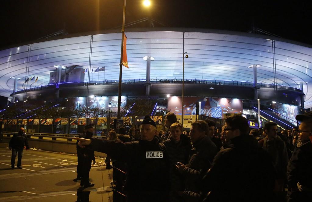 Párizs, 2015. november 13.Rendőrök biztosítják a helyszínt a Franciaország-Németország barátságos labdarúgó-mérkőzés helyszínén, a párizsi Stade de France Stadionnál 2015. november 13-án este. Legalább három helyen zajlott le lövöldözés ezen a napon este Párizs belső kerületeiben, az incidenseknek halálos áldozatai is vannak és több sebesültje. (MTI/AP/Michel Euler)
