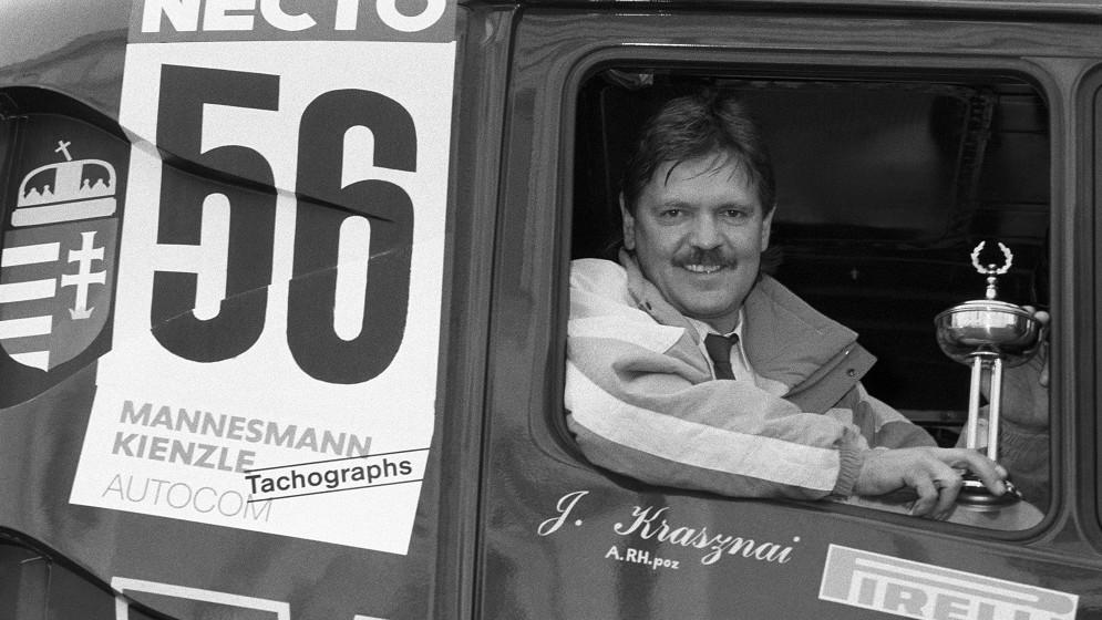 Budapest, 1989. december 1. Krasznai János kamionversenyzõ ül a trófeával 56-os rajtszámú kamionjában, miután az Auto Magazin címû folyóirat által meghirdetett pályázaton elnyerte az Év autóversenyzõje címet. MTI Fotó: Honéczy Barnabás