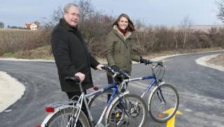 Sopron, 2015. november 25. Fazekas Sándor földmûvelésügyi miniszter és Colleen Bell amerikai nagykövet biciklik mellett a Balf és Fertõrákos közötti új kerékpárút átadásán a Sopronhoz tartozó Balf közelében 2015. november 25-én. Az új út átadásával teljessé vált a Fertõ tavat megkerülõ kerékpárút-hálózat magyarországi szakasza. MTI Fotó: Krizsán Csaba
