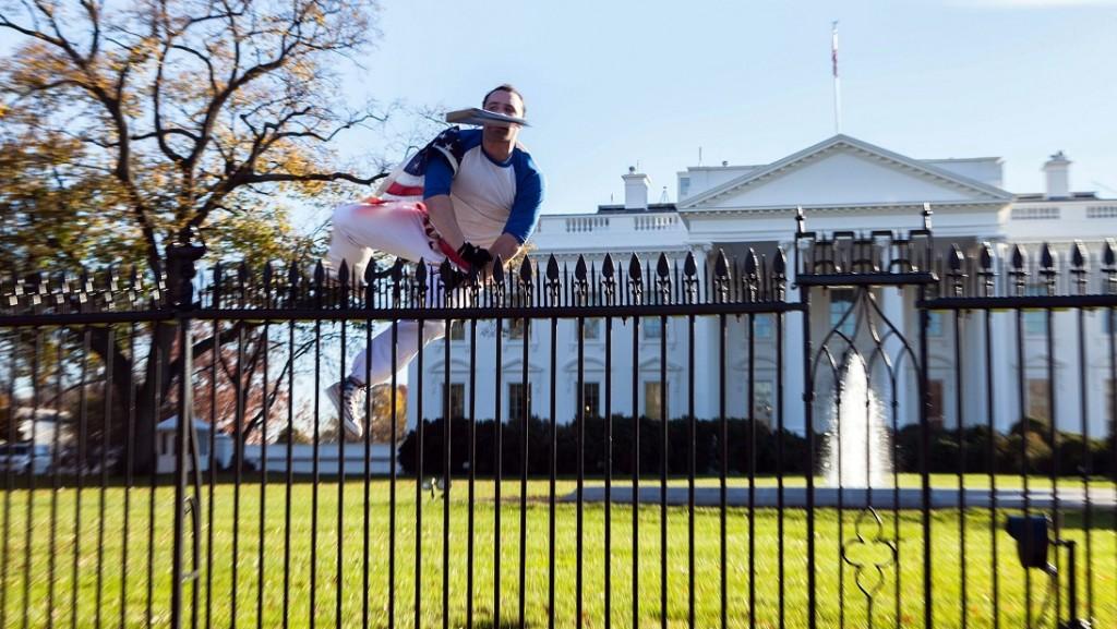 Washington, 2015. november 27. A Vanessa Pena által közreadott képen egy férfi átmászik a washingtoni Fehér Ház kerítésén 2015. november 26-án. A behatolót azonnal elfogták az amerikai elnök védelmét ellátó Titkosszolgálat emberei. Az incidens idején Barack Obama elnök és családja a hálaadást ünnepelte a Fehér Házban. (MTI/AP/Vanessa Pena)