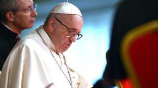 Nairobi, 2015. november 26. Ferenc pápa a vallásközi és ökumenikus képviselõkkel közös találkozóján a nairobi Szent Mária iskolában 2015. november 26-án. A katolikus egyházfõ hatnapos afrikai utazásának elsõ állomása Kenya. (MTI/EPA/Daniel Dal Zennaro)