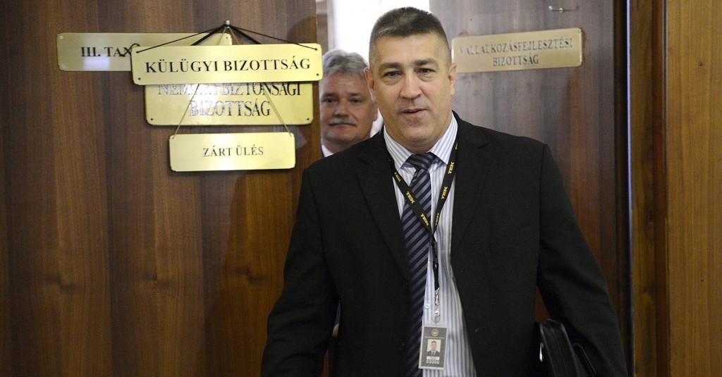 Budapest, 2014. szeptember 15. Hajdu János, a Terrorelhárítási Központ (TEK) fõigazgatója távozik az Országgyûlés nemzetbiztonsági és külügyi bizottságának együttes, zárt ülésérõl a Képviselõi Irodaházban 2014. szeptember 15-én. Az ülésen az Iszlám Állam terrorszervezet hazai biztonsági kockázatairól is szó volt. MTI Fotó: Kovács Tamás