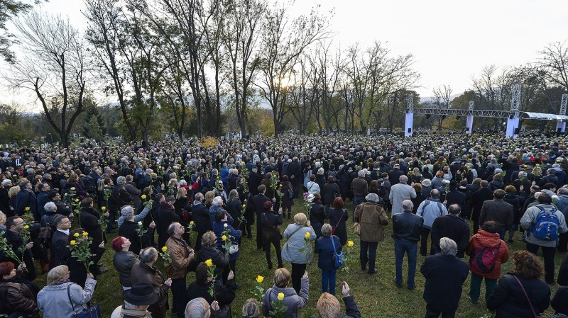 Budapest, 2015. november 6.Résztvevők Göncz Árpád volt köztársasági elnök temetésén az Óbudai temetőben 2015. november 6-án. A volt államfő, író, műfordító, politikus életének 94. évében, október 6-án hunyt el.MTI Fotó: Illyés Tibor