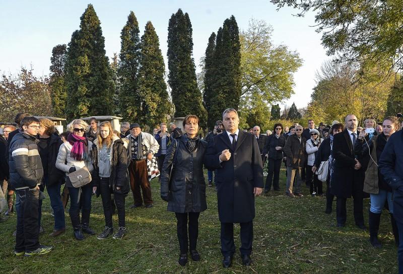 Budapest, 2015. november 6.Orbán Viktor miniszterelnök (k) és felesége, Lévai Anikó Göncz Árpád volt köztársasági elnök temetésén az Óbudai temetőben 2015. november 6-án. A volt államfő, író, műfordító, politikus életének 94. évében, október 6-án hunyt el.MTI Fotó: Illyés Tibor