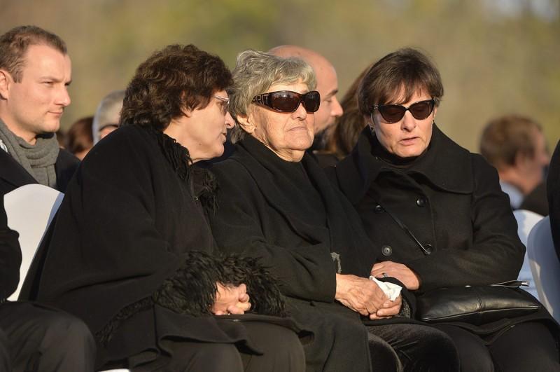 Budapest, 2015. november 6.Göncz Árpád özvegye, Göncz Árpádné (k) és lánya, Göncz Kinga volt szocialista európai parlamenti képviselő, korábbi külügyminiszter (b) a volt köztársasági elnök temetésén az Óbudai temetőben 2015. november 6-án. A volt államfő, író, műfordító, politikus életének 94. évében, október 6-án hunyt el.MTI Fotó: Koszticsák Szilárd