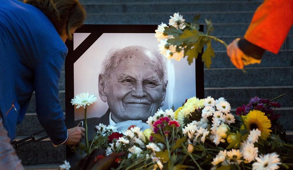 Budapest, 2015. október 7.Résztvevők a Parlamentnél a Csendes megemlékezés Göncz Árpádra elnevezésű civil megemlékezésen 2015. október 7-én. A korábbi államfő október 6-án, életének 94. évében hunyt el. Göncz Árpádot 25 éve, 1990. augusztus 3-án választotta az Országgyűlés köztársasági elnökké, ezzel ő lett a rendszerváltozás utáni Magyarország első államfője.MTI Fotó: Mohai Balázs