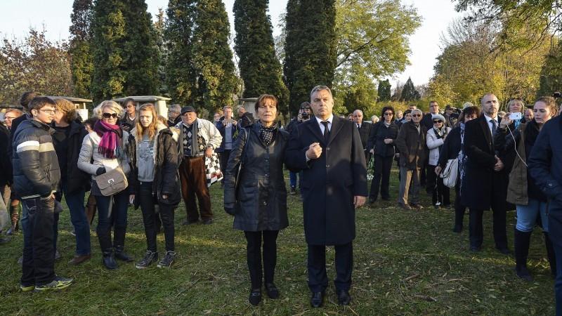 Budapest, 2015. november 6. Orbán Viktor miniszterelnök (k) és felesége, Lévai Anikó Göncz Árpád volt köztársasági elnök temetésén az Óbudai temetõben 2015. november 6-án. A volt államfõ, író, mûfordító, politikus életének 94. évében, október 6-án hunyt el. MTI Fotó: Illyés Tibor