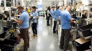 Mosonmagyaróvár, 2015. október 28. Dolgozók az SMR Hungary mosonmagyaróvári gyárában 2015. október 28-án. A kormány stratégiai megállapodást kötött a visszapillantó tükrök gyártására specializálódott SMR Hungary vállalattal 2015. október 27-én. MTI Fotó: Krizsán Csaba