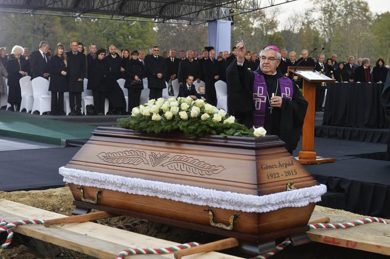 Budapest, 2015. november 6.Várszegi Asztrik pannonhalmi főapát szentelt vizet hint a koporsóra Göncz Árpád volt köztársasági elnök temetésén az Óbudai temetőben 2015. november 6-án. A volt államfő, író, műfordító, politikus életének 94. évében, október 6-án hunyt el.MTI Fotó: Koszticsák Szilárd