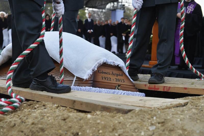 Budapest, 2015. november 6.Göncz Árpád volt köztársasági elnök koporsóját a sírba engedik az Óbudai temetőben 2015. november 6-án. A volt államfő, író, műfordító, politikus életének 94. évében, október 6-án hunyt el.MTI Fotó: Koszticsák Szilárd