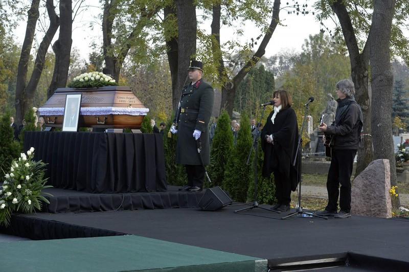 Budapest, 2015. november 6.Koncz Zsuzsa és Bródy János Göncz Árpád volt köztársasági elnök temetésén az Óbudai temetőben 2015. november 6-án. A volt államfő, író, műfordító, politikus életének 94. évében, október 6-án hunyt el.MTI Fotó: Koszticsák Szilárd