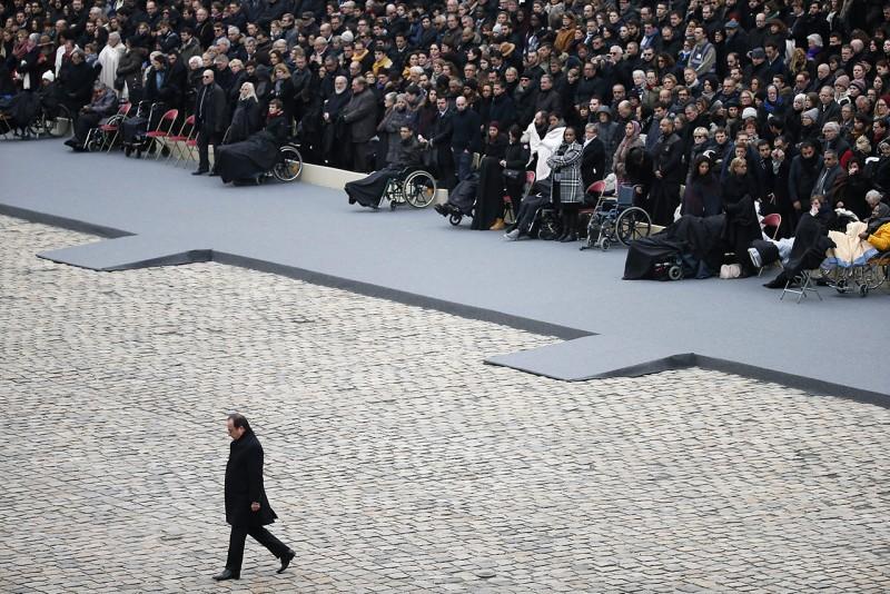 Párizs, 2015. november 27.Francois Hollande francia államfő (k) a november 13-i párizsi merényletek áldozatainak tiszteletére rendezett nemzeti megemlékezésen vesz részt a párizsi Invalidusok díszudvarán 2015. november 27-én. (MTI/EPA/Ian Langsdon)