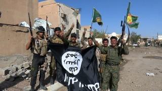 Tikrít, 2015. április 1.Az iraki biztonsági erők emberei és síita milicisták az Iszlám Állam (IÁ) szélsőséges iszlamista szervezet fegyvereseitől zsákmányolt zászlóval Tikrítben 2015. április 1-jén, miután teljesen visszafoglalták a Bagdadtól 130 km-re északra fekvő várost a lázadóktól. (MTI/EPA)