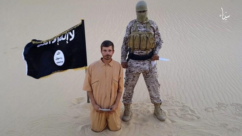 2015. augusztus 12.Az Iszlám Állam szélsőséges fegyveres szervezethez hű katonai csoportok egyike által az internetre feltett videóról készített, 2015. augusztus 5-én közreadott kép a térdre kényszerített, 30 éves, horvát Tomislav Salopekről egy meg nem nevezett tengerparti helyszínen. Az Iszlám Állam egyiptomi csoportja 2015. augusztus 12-én fotót tett közzé a közösségi médiában arról, hogy az általuk fogva tartott horvát túszt lefejezték. (MTI/AP)