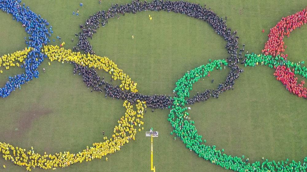 Hamburg, 2015. november 8. Légi felvétel az olimpiai ötkarikát formázó résztvevõkrõl, akik támogatják a 2024-es nyári olimpia megrendezéséért versenyzõ Hamburg pályázatát 2015. november 8-án. (MTI/AP/DPA/Daniel Bockwoldt)
