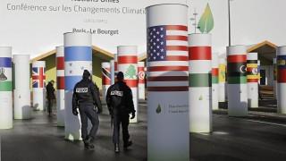 Le Bourget, 2015. november 28. Az ENSZ által a klímavédelemrõl rendezett csúcstalálkozó színhelyének fõbejárata elõtt járõröznek francia rendõrök a Párizs melletti Le Bourget-ban 2015. november 28-án, két nappal az esemény kezdete elõtt. Az Egyesült Államok zászlaját viselõ oszlop mellett jobbra a magyar nemzeti színek láthatók. (MTI/AP/Laurent Cipriani)