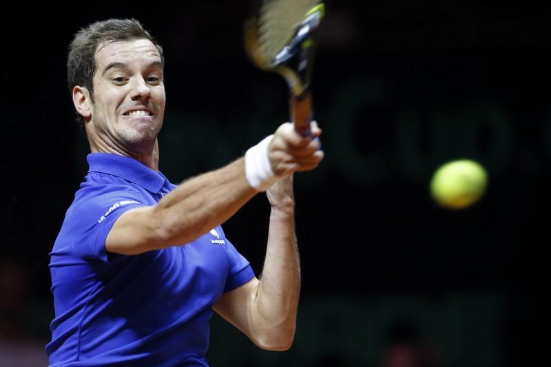 Lille, 2014. november 23. A francia Richard Gasquet a svájci Roger Federer elleni mérkõzésen a tenisz Davis Kupa Franciaország-Svájc döntõjében, a franciaországi Lillében 2014. november 23-án. (MTI/EPA/Yoan Valat)