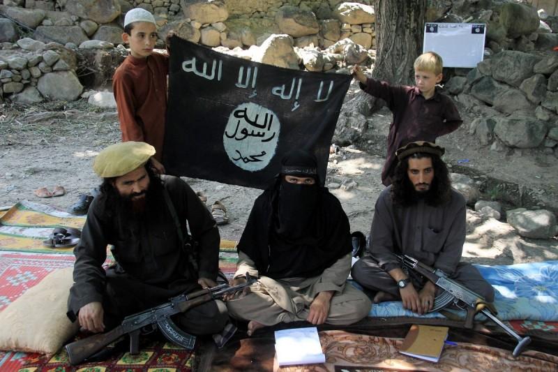 Kunar, 2015. augusztus 1. 2015. augusztus 1-jén közreadott kép Gul Daliról, az Iszlám Állam (IÁ) nevû dzsihadista terrorszervezet körzeti vezetõjérõl (j) társaival és családtagjaival a kelet-afganisztáni Kunar tartományban július 30-án. (MTI/EPA/Gulamullah Habibi)