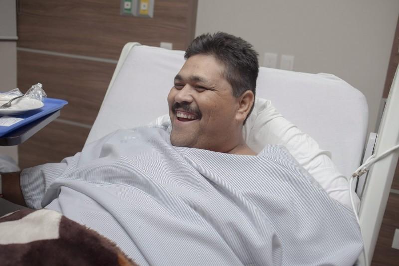 Guadalajara, 2015. október 28. Andres Moreno, a világ jelenlegi legsúlyosabb férfija mosolyog a mexikói Guadalajara egyik kórházában 2015. október 27-én, egy nappal a mûtétje elõtt. A 435 kilogramm súlyú, évek óta ágyhoz kötött 37 éves mexikói férfit hét ember bírta csak kivinni obregoni otthonából. Moreno október 28-i gyomor-bypass mûtétjének célja a súlycsökkentésen túl az, hogy ne legyen ágyhoz kötve. (MTI/EPA/Jhoel Rod)
