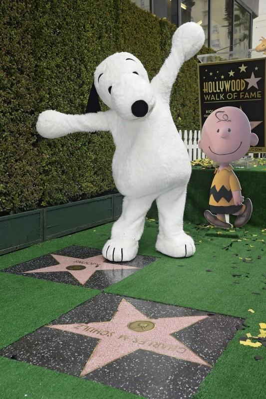 Hollywood, 2015. november 3. Snoopy kutyának öltözött résztvevõ Snoopy csillagjának avatási ünnepségén a Hollywoodi hírességek sétányán, Hollywoodban 2015. november 2-án. Az elõtérben Charles M. Shultz karikaturista, rajzfilmkészítõ csillaga. (MTI/EPA/Mike Nelson)