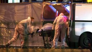 Párizs, 2015. november 14.Egy áldozat holtestét viszik el a párizsi Bataclan koncertterem közelében, miután az épületben mintegy száz embert túszul ejtettek 2015. november 13-án. A francia fővárosban késő este összehangoltan több merényletet követtek el. A támadásoknak legalább 120 halálos áldozata van. Nyolc terrorista halt meg, közülük heten felrobbantották magukat. (MTI/EPA/Marius Becker)