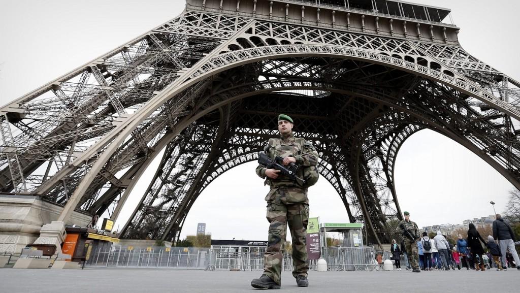 Párizs, 2015. november 14. Gépfegyveres francia katonák járőröznek az Eiffel-toronynál 2015. november 14-én, a Párizsban végrehajtott terrorcselekmények utáni napon. A francia fővárosban november 13-án késő este fegyveresek és pokolgépes merénylők összehangoltan több merényletet követtek el. A támadásoknak eddig több mint 120 halálos áldozata van, és legkevesebb 180-an megsebesültek. Nyolc támadó meghalt, heten a testükre szerelt pokolgéppel robbantották fel magukat, egy támadót a rendőrök lőttek agyon. (MTI/EPA/Guillaume Horcajuelo)