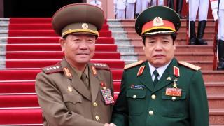 Hanoi, 2015. november 27. Phung Quang Thanh tábornok, vietnami védelmi miniszter (j) fogadja észak-koreai partnerét, Pak Jong Szik tábornokot a hanoi védelmi minisztériumban 2015. november 27-én. (MTI/EPA)