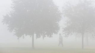 Debrecen, 2015. november 6.Egy nő gyalogol a sűrű ködben Debrecenben 2015. november 6-án. Ezen a napon az Alföld szűkebb térségében hosszabb ideig, néhol tartósan megmarad a köd, elvétve ködszitálás is előfordulhat.MTI Fotó: Czeglédi Zsolt