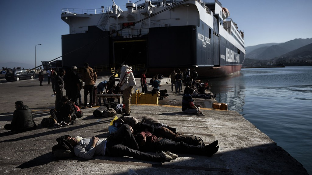 Refugees and migrants wait at the port of Lesbos island due to a strike of Greece's seamen's federation (PNO) on November 4, 2015 in Mytilene. AFP PHOTO / ARIS MESSINIS