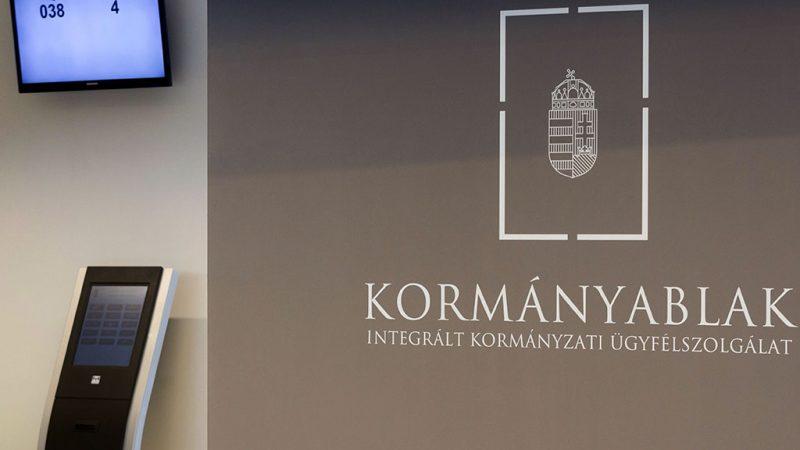 Budapest, 2013. október 1.Az okmányirodai feladatokat is ellátó kormányablak bejárata a Hegyvidék Központban 2013. október 1-jén. Ezen a napon adták át az országban az első okmányirodai feladatokat is ellátó kormányablakot, amely azt az új külsőt, arculatot mutatja, amely minden kormányablakra jellemző lesz.MTI Fotó: Szigetváry Zsolt