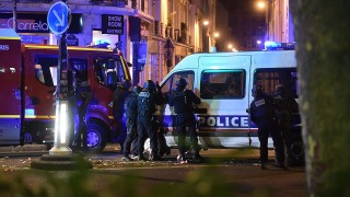 Párizs, 2015. november 14.Rendőrök a párizsi Bataclan koncertterem közelében, miután merénylők az épületben mintegy száz embert ejtettek túszul a késő este kezdődött párizsi fegyveres támadások során 2015. november 13-án. A támadásoknak legalább 120 halálos áldozata van. Nyolc terrorista halt meg, közülük heten felrobbantották magukat. (MTI/EPA/Christophe Petit Tesson)