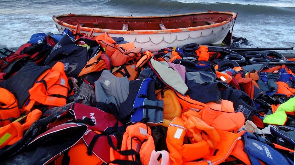 Szkala Szikaminiasz, 2015. november 2. A 2015. november 2-án elérhetõvé vált felvétel a csónakkal érkezett, illegális bevándorlók hátrahagyott mentõmellényeirõl a görögországi Leszbosz szigetén fekvõ Szkala Szikaminiaszban 2015. október 30-án. (MTI/EPA/Sztratisz Balaszkasz)