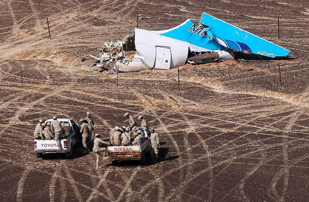 Haszana, 2015. november 2.Az orosz rendkívüli helyzetek minisztériuma által közreadott felvételen egyiptomi katonai járművek közelítik meg a lezuhant orosz utasszállító gép farokrészét az egyiptomi Sínai-félszigeten fekvő Haszana közelében 2015. november 1-jén. A Kogalymavia (nemzetközi nevén Metrojet) orosz légitársaság Szentpétervárra tartó repülőgépe 217 utassal és hétfőnyi személyzettel a fedélzetén előző nap zuhant le.  A szerencsétlenséget senki sem élte túl.  (MTI/AP/Makszim Grigorijev)
