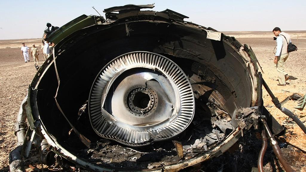 Haszana, 2015. november 2.Az orosz rendkívüli helyzetek minisztériuma által közreadott felvétel a lezuhant orosz utasszállító gép motorjának egyik darabjáról az egyiptomi Sínai-félszigeten fekvő Haszana közelében 2015. november 1-jén. A Kogalymavia (nemzetközi nevén Metrojet) orosz légitársaság Szentpétervárra tartó repülőgépe 217 utassal és hétfőnyi személyzettel a fedélzetén előző nap zuhant le.  A szerencsétlenséget senki sem élte túl. (MTI/AP/Makszim Grigorijev)