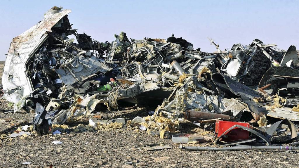 Haszana, 2015. október 31. A Kogalymavia orosz légitársaság lezuhant Airbus A-321 típusú repülõgépének roncsai az egyiptomi Haszana közelében 2015. október 31-én. Az egyiptomi Sarm-es-Sejk üdülõhelyrõl Szentpétervárra tartó járat fedélzetén 217 utassal - köztük 17 gyerekkel  - és hét fõnyi személyzettel egy nehezen megközelíthetõ hegyvidéki területen zuhant le a Sínai-félszigeten. (MTI/EPA)